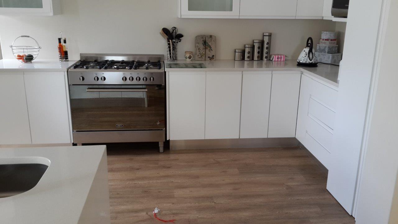 Kitchen floor vinyl the top home design for Plastic kitchen flooring